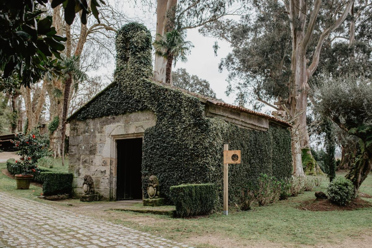 La ermita del pazo de Rubianes forma parte de la visita junto con los jardines, los viñedos, la casa y la bodega del siglo XV.