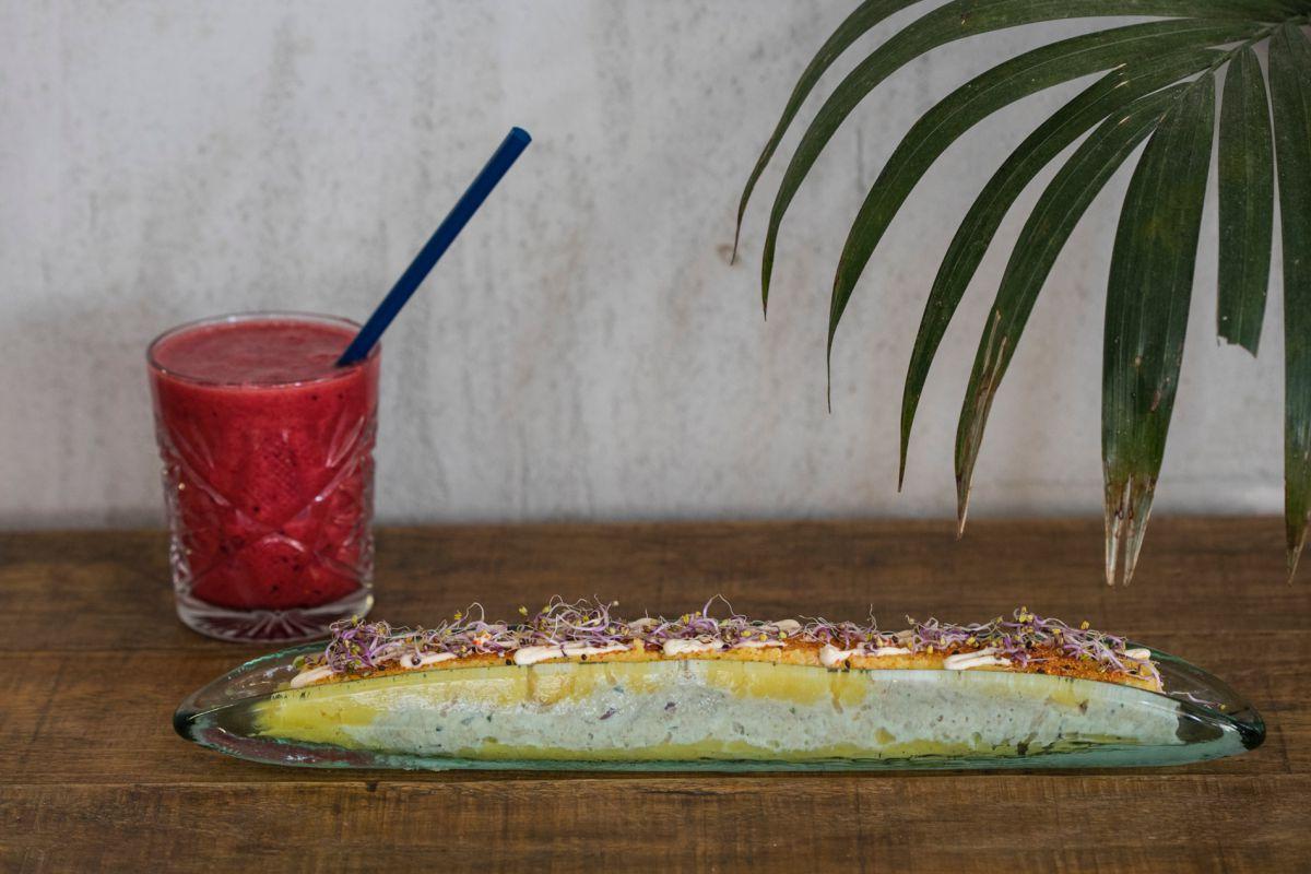 Causa limeña con atún y un zumo de remolacha, naranja, manzana y jengibre.