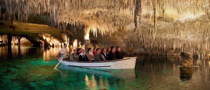 Detalle del paseo en barco dentro de las cuevas.