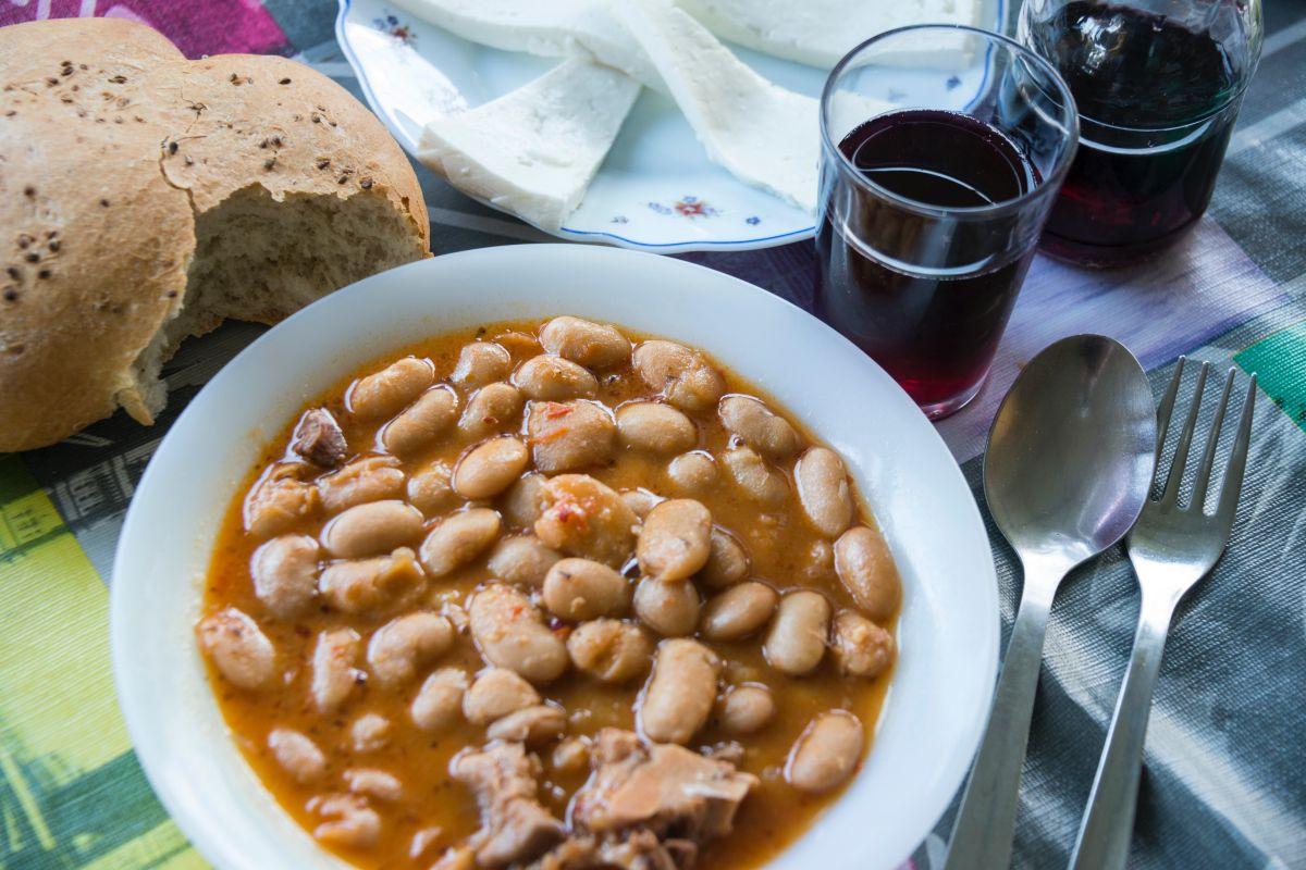Plato de fabada del guachinche Zacatín, en Tenerife, junto al vino y el pan.
