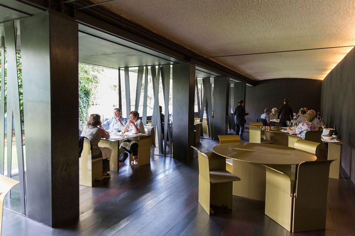 Ambiente en el interior del restaurante Les Cols, en Olot, Girona. Foto: Kristin Block