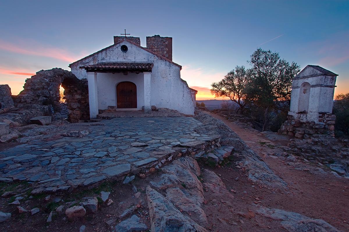 Atardecer en la ermita y castillo del parque. Foto: Shutterstock
