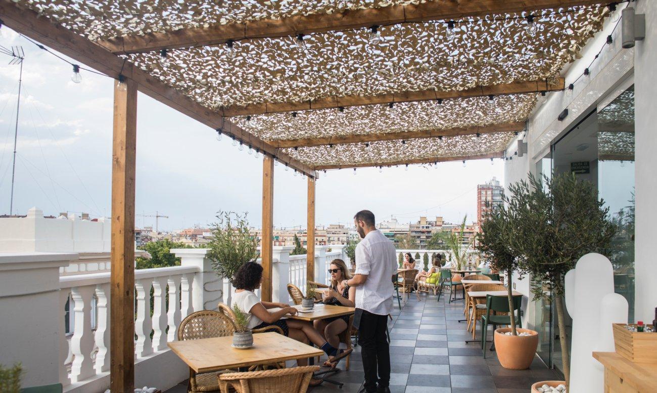 Azotea 'Carmen Polo Terrace': camarero atendiendo a clientes