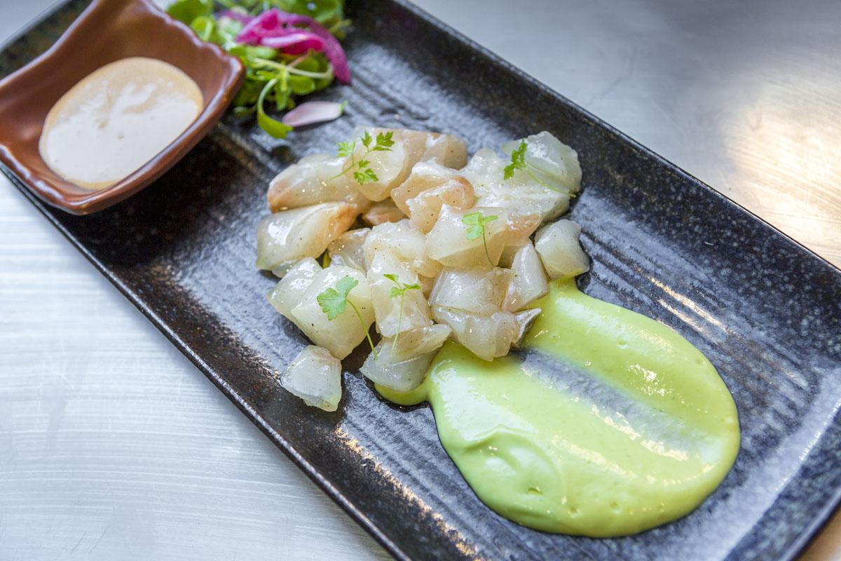Tartar de lubina salvaje con gazpacho de aguacate y mayonesa de chile.