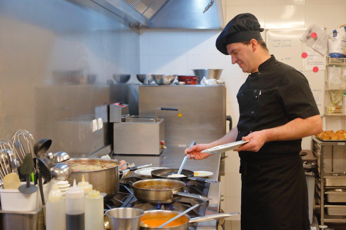 La amplia cocina comunica los dos salones de comida en 'The Bost'.