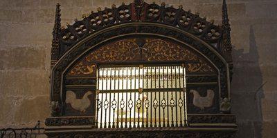 Gallo y gallina en el interior de la catedral