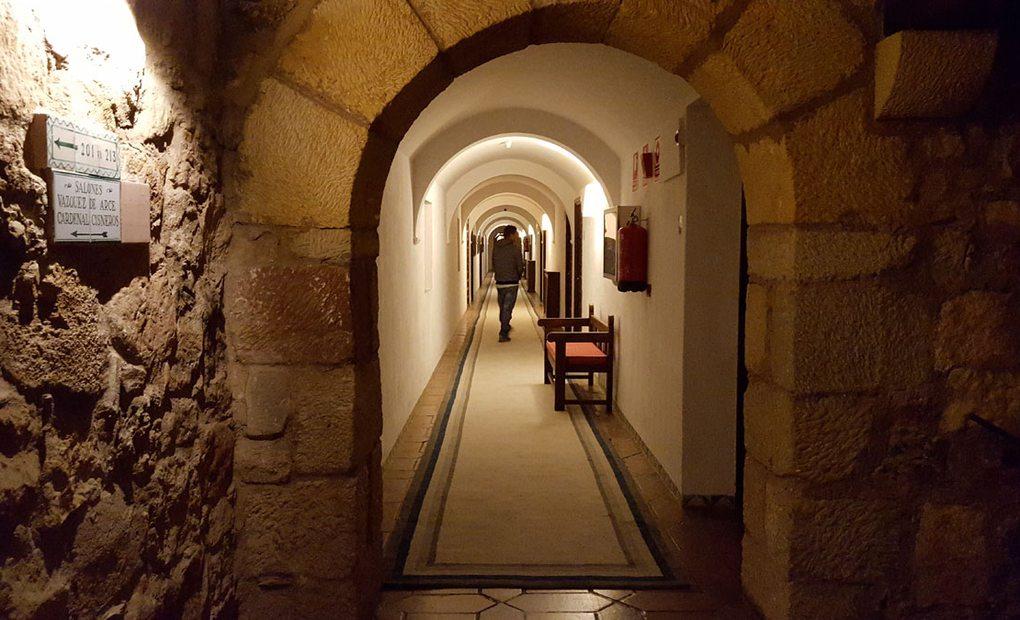 Por los pasillos del castillo.