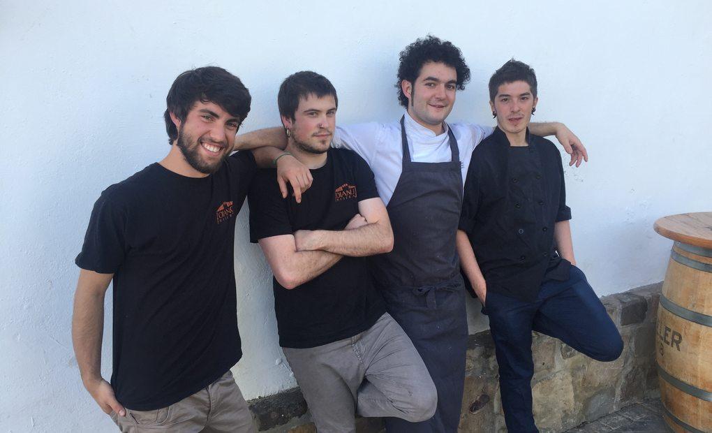 De izq. a dcha, Tomé, Iñaki, Ferrán y Ander en el caserío de Oiangu Baserria. Foto: HEC.