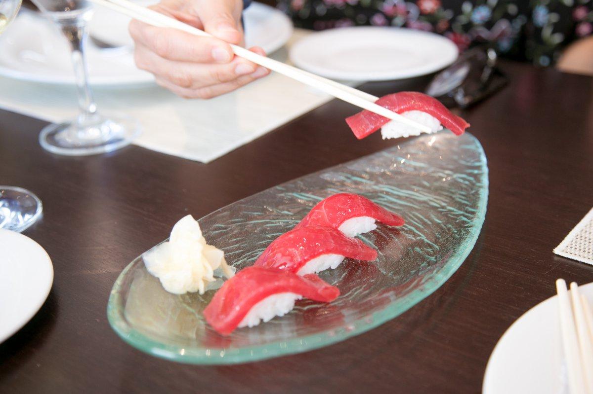 Un plato de nigiri de lomo de atún.