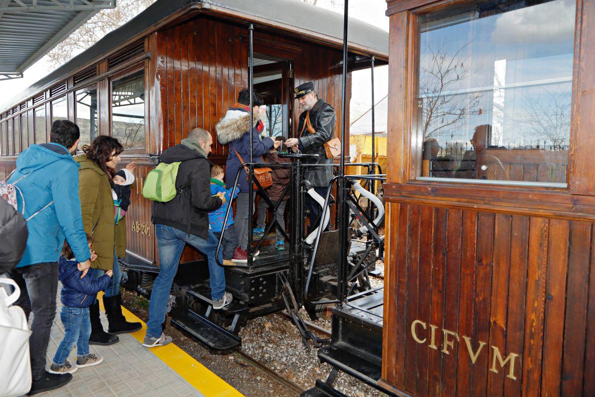 El tren tiene tres vagones con capacidad para 123 personas.