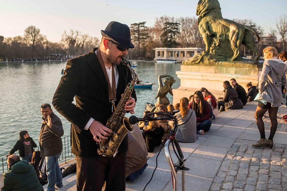 Al otro lado del estanque, debajo de Alfonso XII, es fácil encontrar música para la puesta de sol.