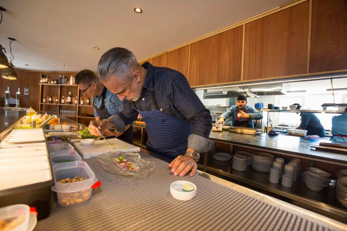 El chef Sergi Arola emplatando en el restaurante Cormorán by Sergi Arola, en Santander.