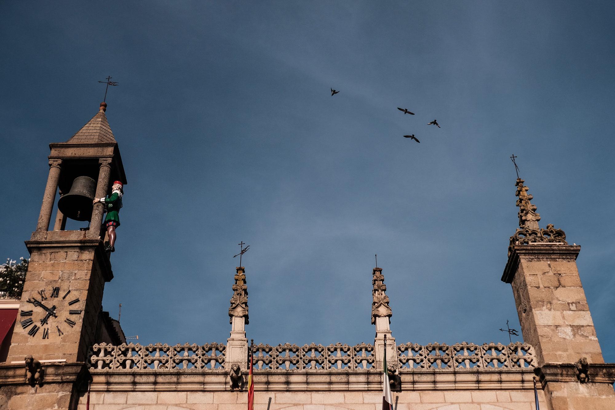 El Abuelo Mayorga, custodio del reloj de la Plaza Mayor, es un icono de la ciudad.
