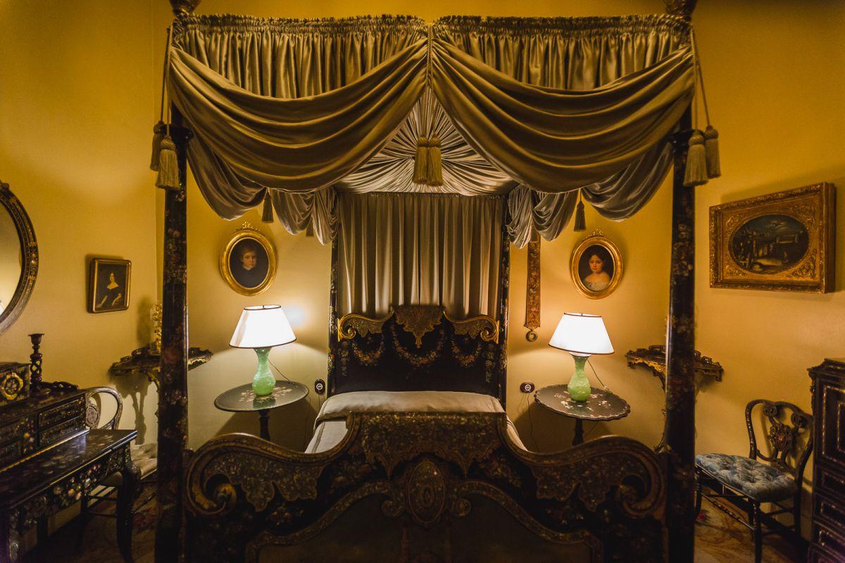 El Dormitorio Negro está decorado con piezas de estilo Napoleón III del siglo XIX.