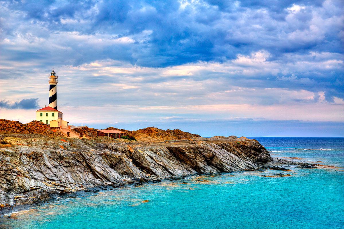 El Faro de Faváritx es uno de los lugares más fotogénicos de la isla. Foto: Shutterstock.