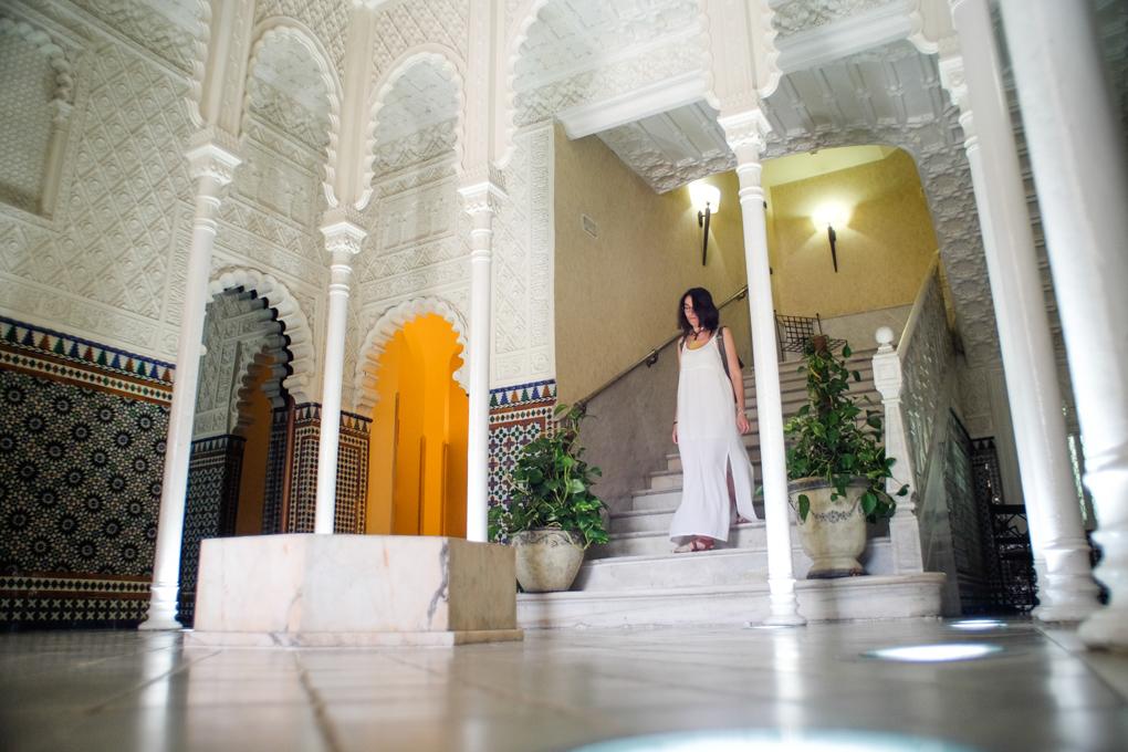 La sala que imita una estancia de La Alhambra da paso a los pisos superiores.
