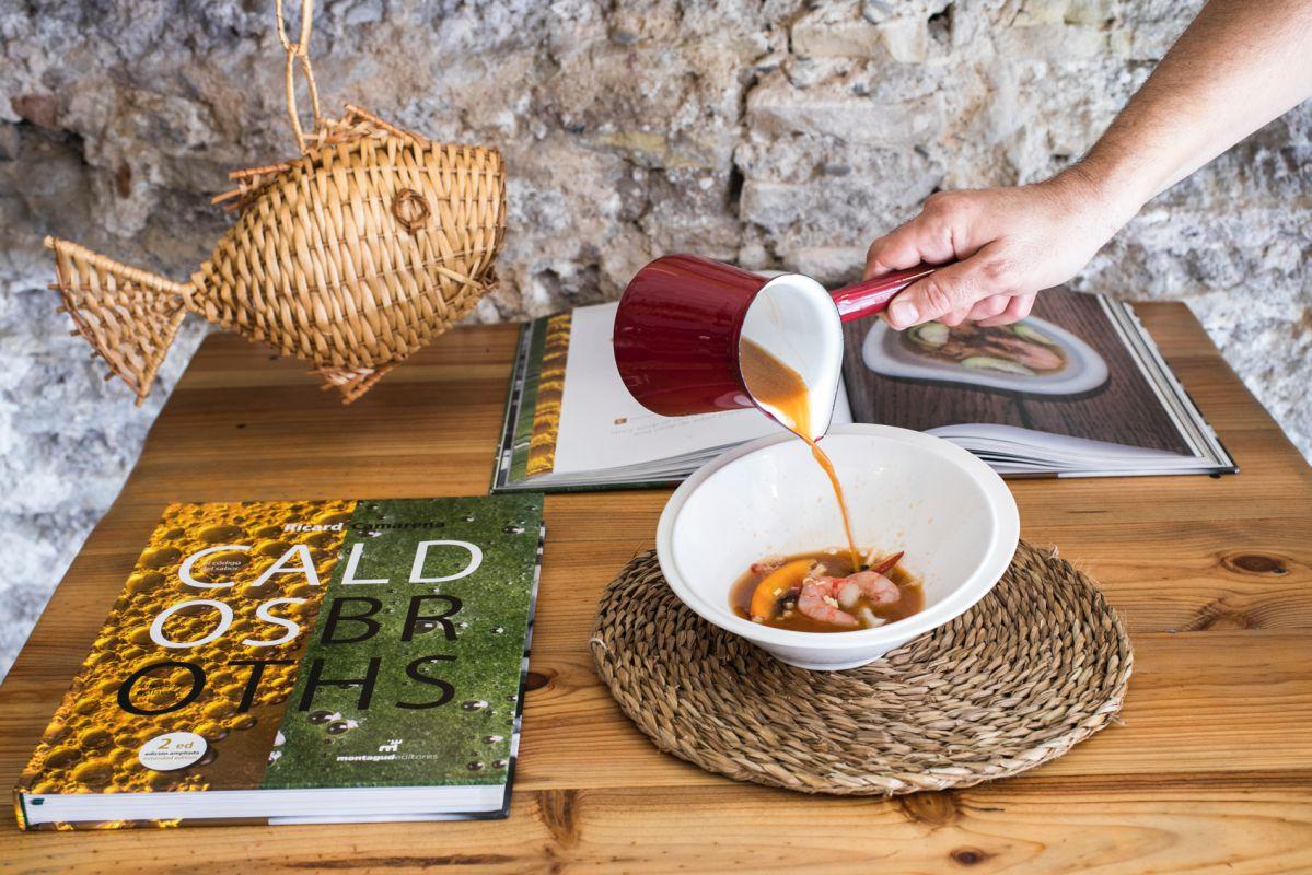 Este libro de caldos ha sido uno de los más esperados del chef Ricard Camarena. Le acompaña uno esencial.