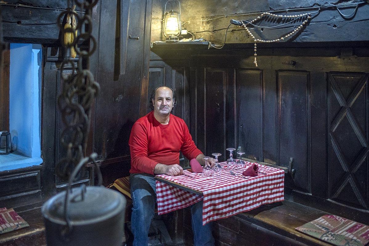 Ramon Viu, de la Casa Ruba, en la cocina de sus antepasados.