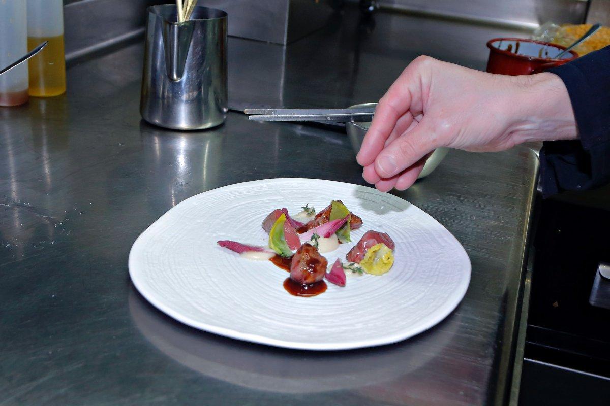 Pichón de Bresse en dos cocciones con apionabo.