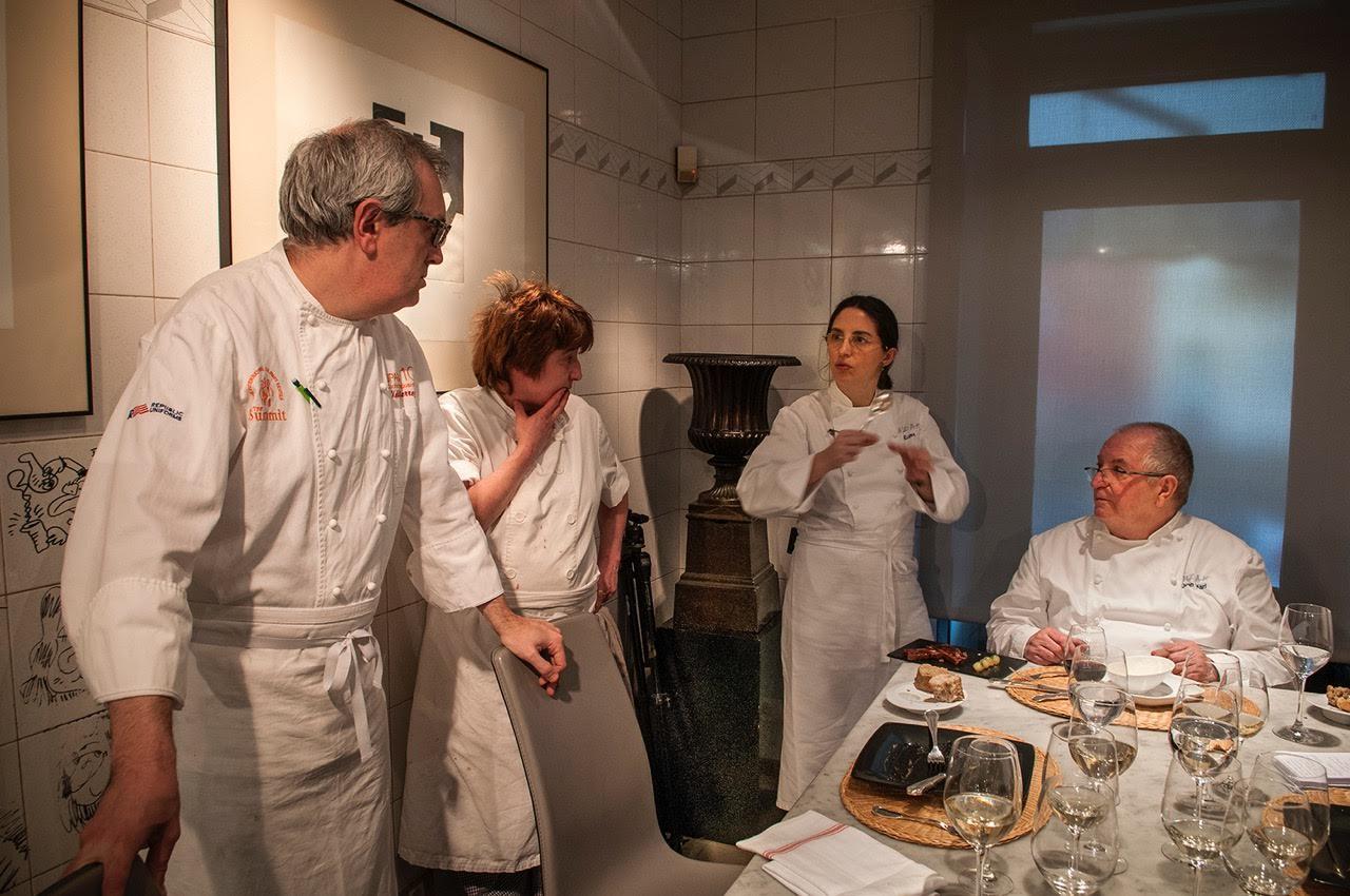 Arzak debatiendo con su equipo en la famosa mesa de mármol de la cocina.