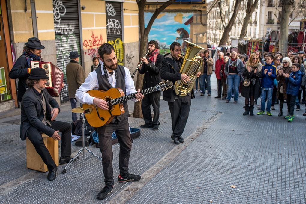 Una banda callejera anima el domingo en la Ribera de Curtidores.