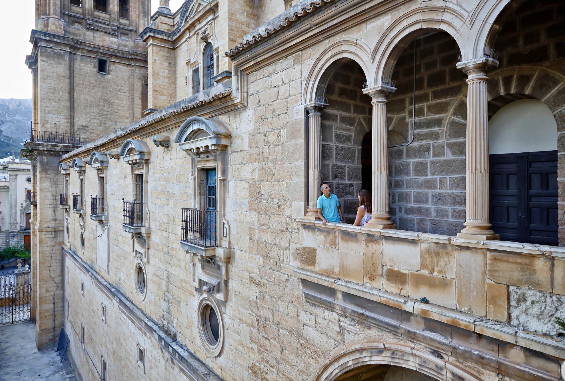 Los balcones de la catedral se construyeron para poder mostrar el Santo Rostro a los fieles.