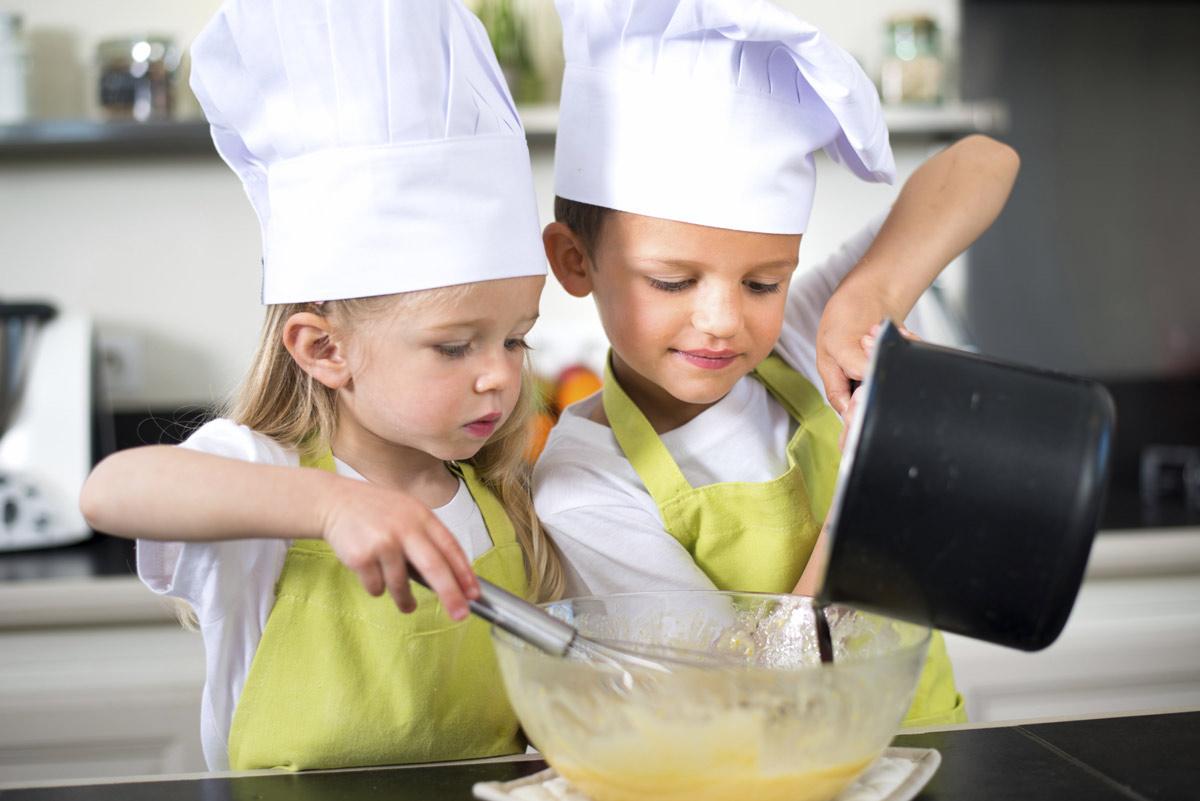 Niños cocinando.