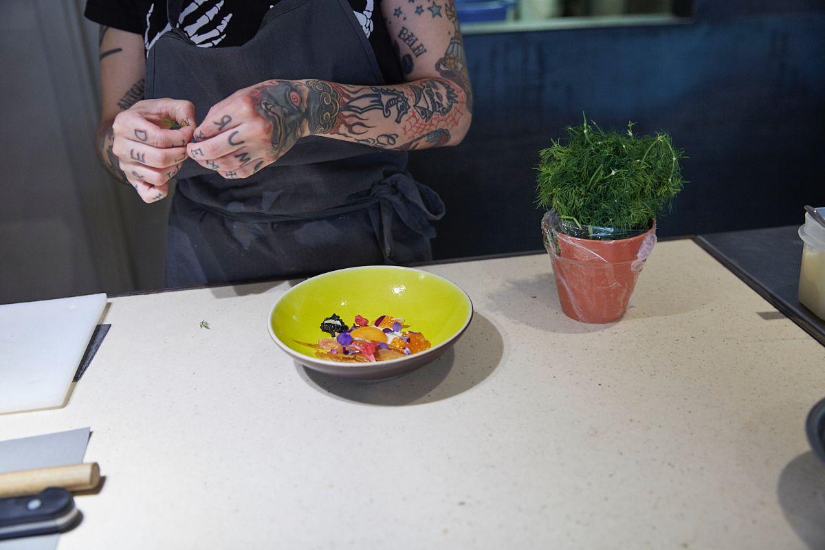Paola Pisciotti, del restaurante Hetta, en Barcelona, da los últimos toques a uno de los platos estrella, la yema de huevo marinada con crema de parmesano y botarda.