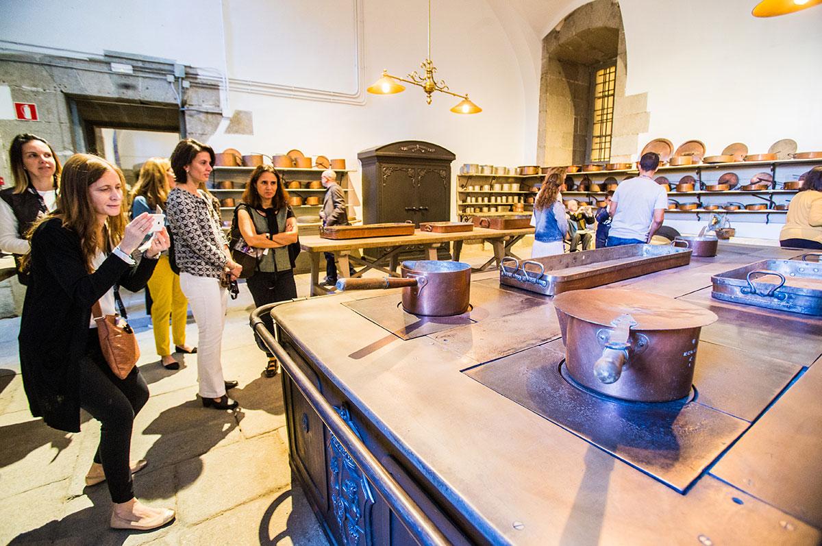 Cocinas Palacio Real: Un grupo de personas visita las cocinas. Foto: Máximo García