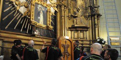 Bomberos descolgando la imagen de la virgen de La Paloma. / Cedida por: Ayuntamiento de Madrid.