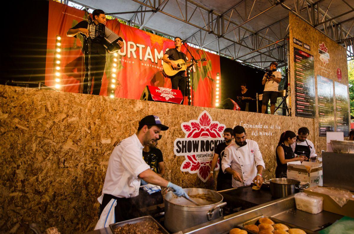 Los cocineros trabajan en directo bajo el escenario con una actuación también en directo en el festival PortAmérica, en Caldas del Rei, Pontevedra.