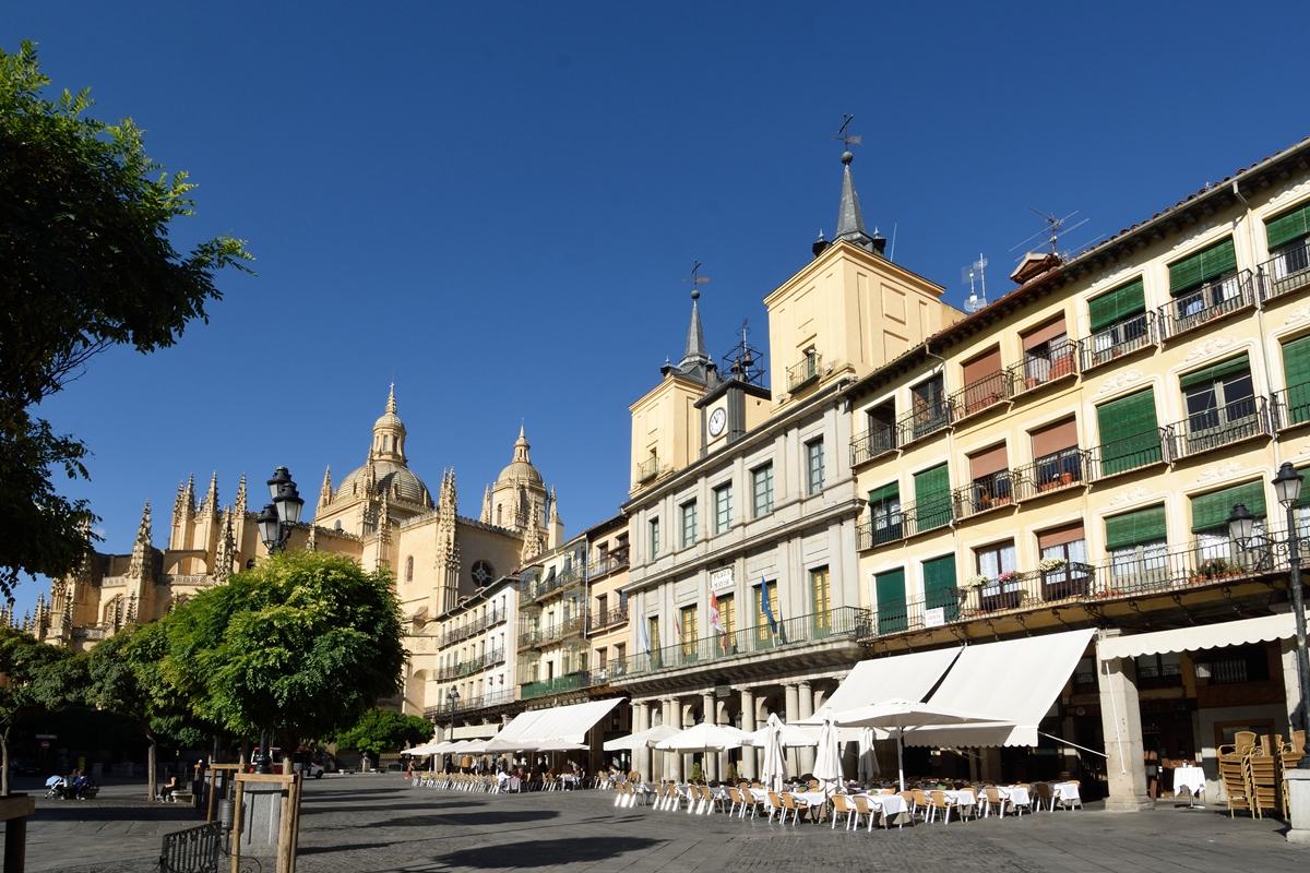 El Ayuntamiento y la catedral hacen de la Plaza Mayor de Segovia un escenario imponente. Foto: Shutterstock