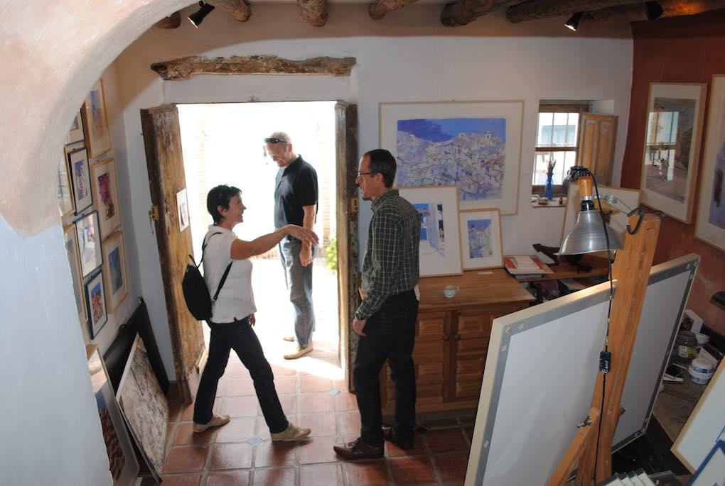 El artista Klaus Hinkel en su estudio local. Foto: Mamadú Dabo.