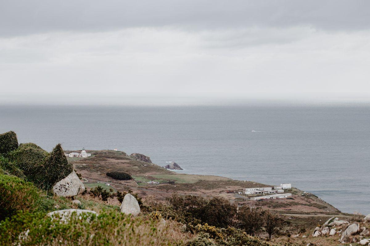 Vistas desde la parte más alta del Cabo de Estaca de Bares, en Mañón, A Coruña, con el hotel Semáforo de Bares al fondo siguiendo la línea de la costa.