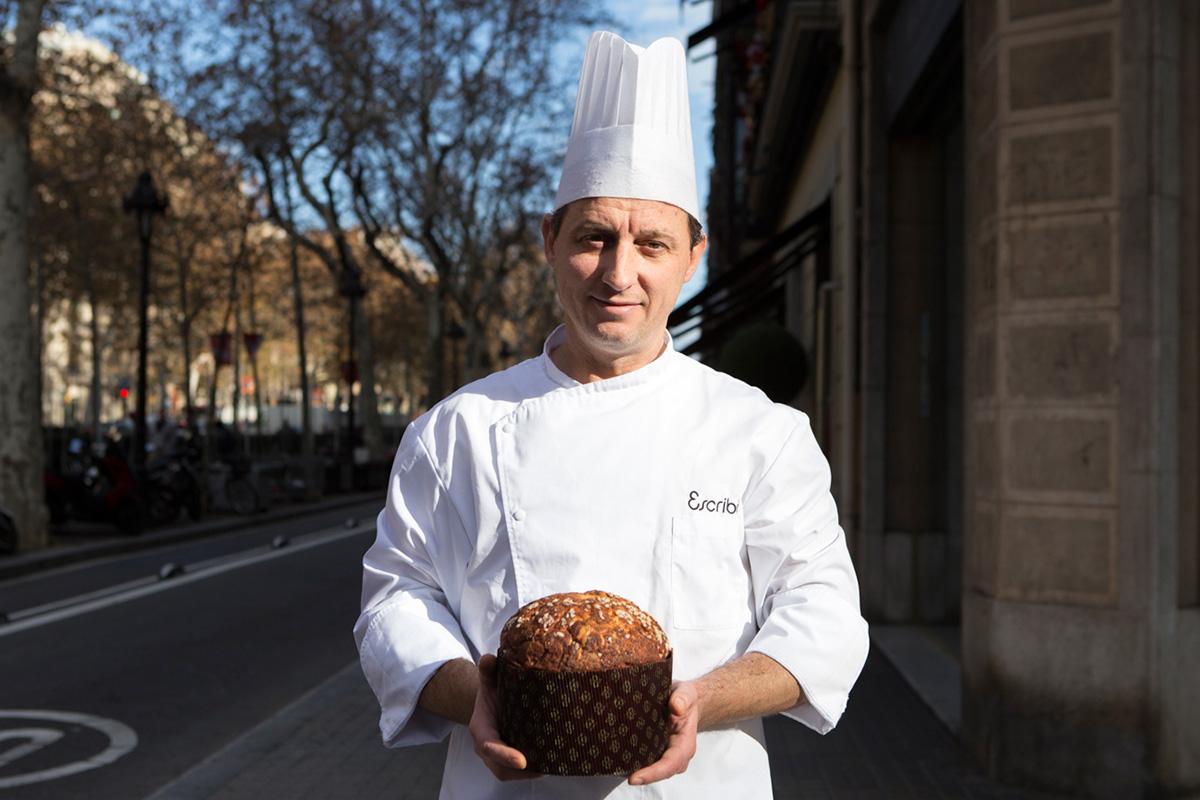 Stefano Deiuri, quinta generación de pasteleros en Italia, posa con el panettone de chocolate.
