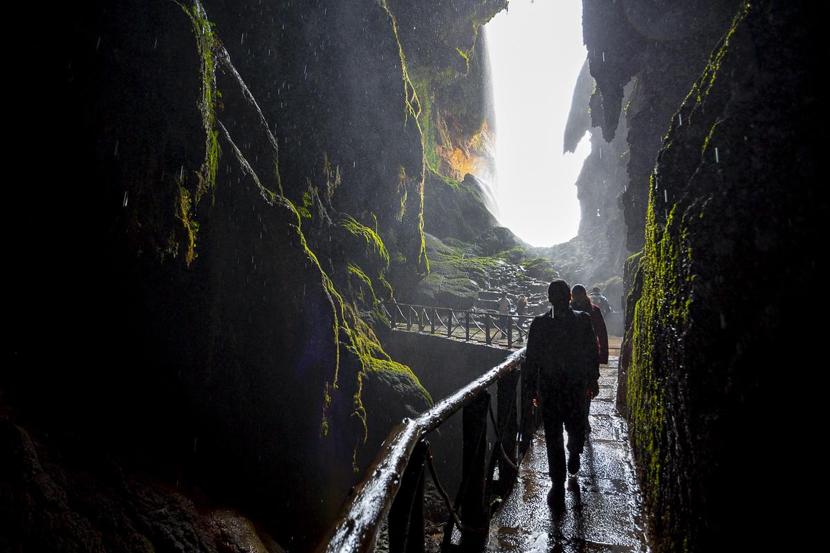 En ocasiones, el viento empuja el agua al interior de la gruta. Nadie escapa al chaparrón.