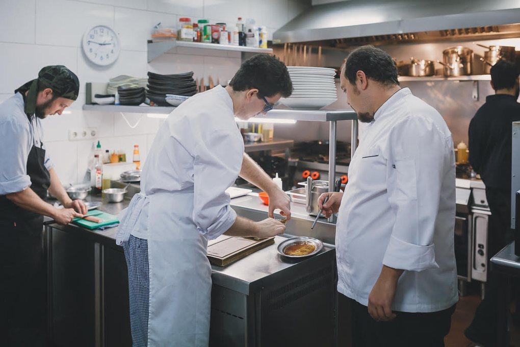 """La cocina, el particular """"parque de juegos"""" del restaurante."""