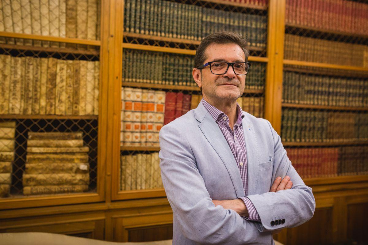 Avelino Cazallo, director de Difusión Cultural del palacio, en la Biblioteca, con ejemplares únicos.