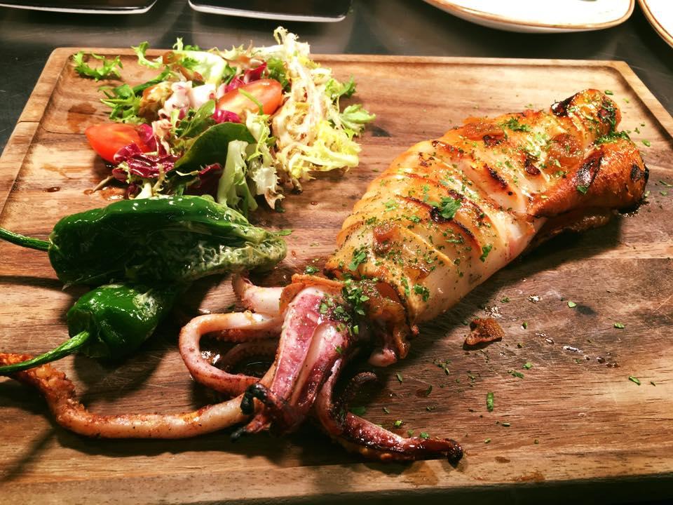 Fuera de carta puedes encontrar maravillas como este espeto de calamar fresco de 800 gramos Foto: Facebook