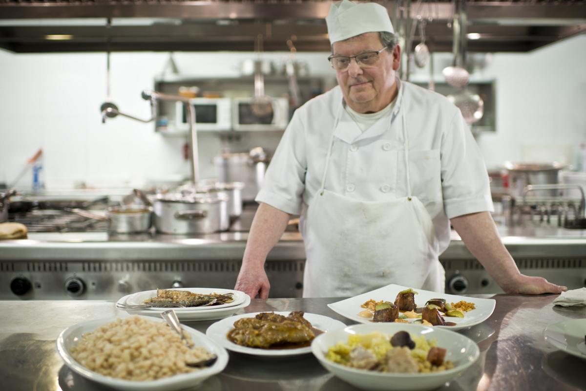 Enrique Alcalá en la cocina de su restaurante en Calaceite, 'Fonda Alcalá',