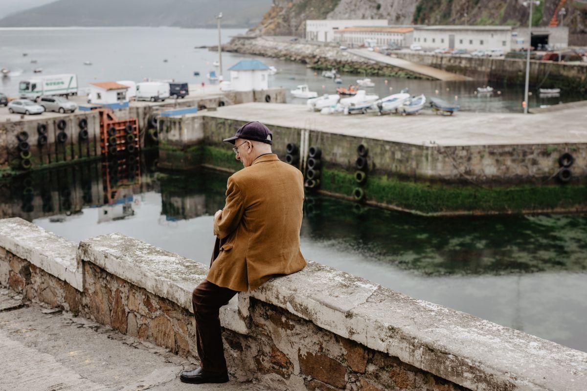 Un paisano mirando al puerto de Malpica en O Camino dos Faros (Costa da Morte, A Coruña).