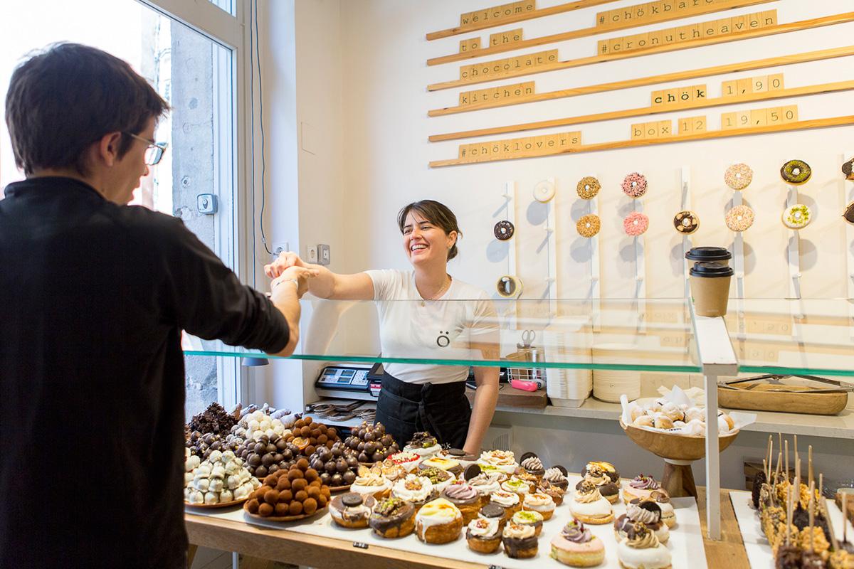 Lina es tan dulce con los clientes como los productos que vende.