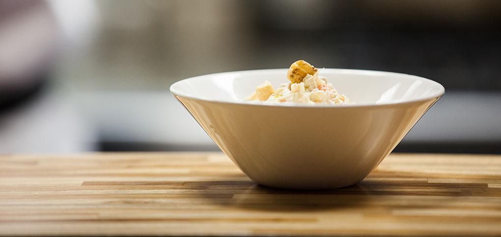 Quinoa guisada en caldo ibérico, piñones, pasas y albahaca. Foto cedida.