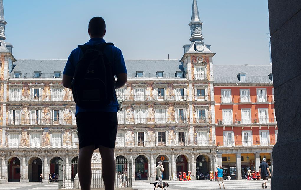 Hombre observando la Plaza Mayor. Foto: Juan Aunion. Shutterstock.com.