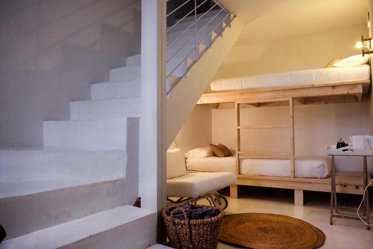 En la parte baja de los chozos, hay literas o dos camas pequeñas, ideales para los niños.