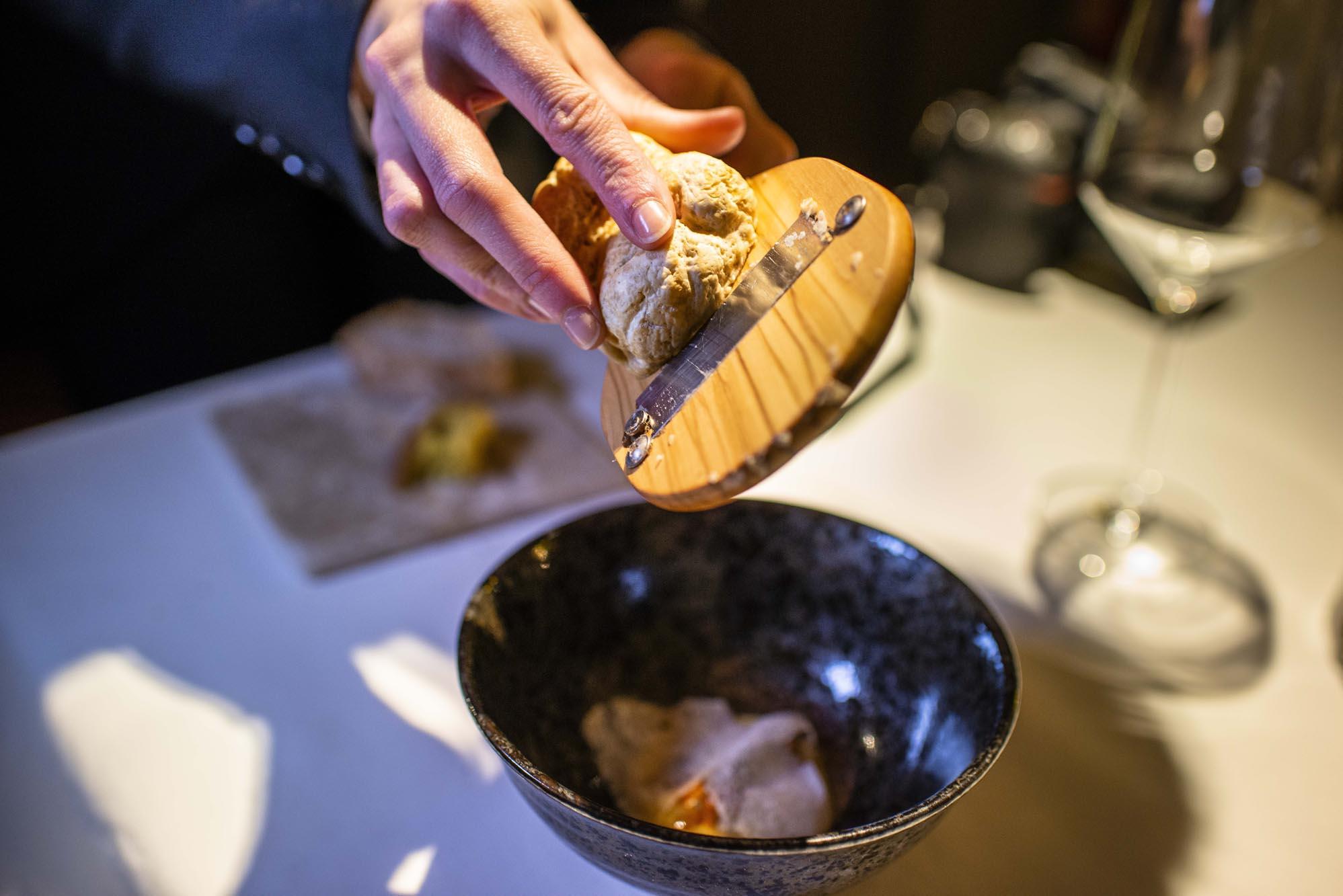 La trufa dulce de Hungría decora un plato de erizo con base de yema de huevo montada con mantequilla y brotes de hinojo.