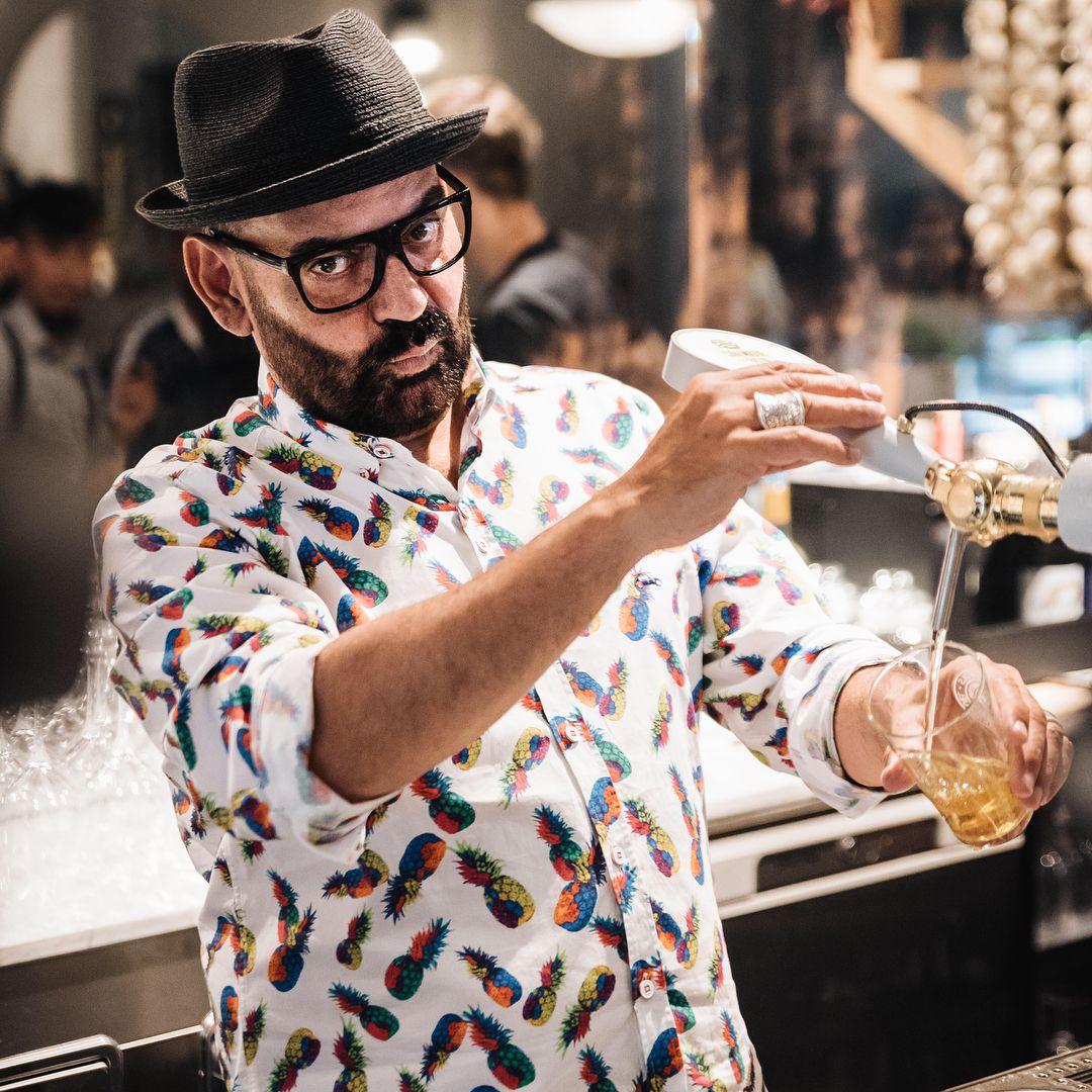"""""""Peina"""" Cataluña por trabajo. En 'Casa Ràfols', una antigua ferretería hoy bar, en Barcelona. Fotos: Instagram."""