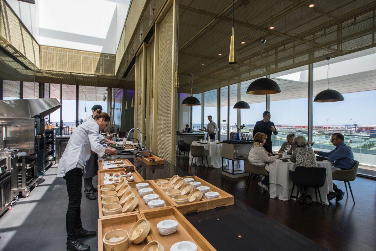 La chef Miriam de Andrés prepara los aperitivos en la cocina vista del restaurante 'La Sucursal', en Valencia.