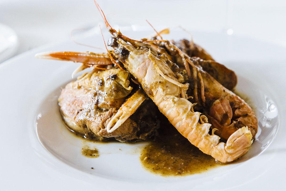 El tradicional 'mar y montaña' es de pollo de corral y cigalas de Roses.