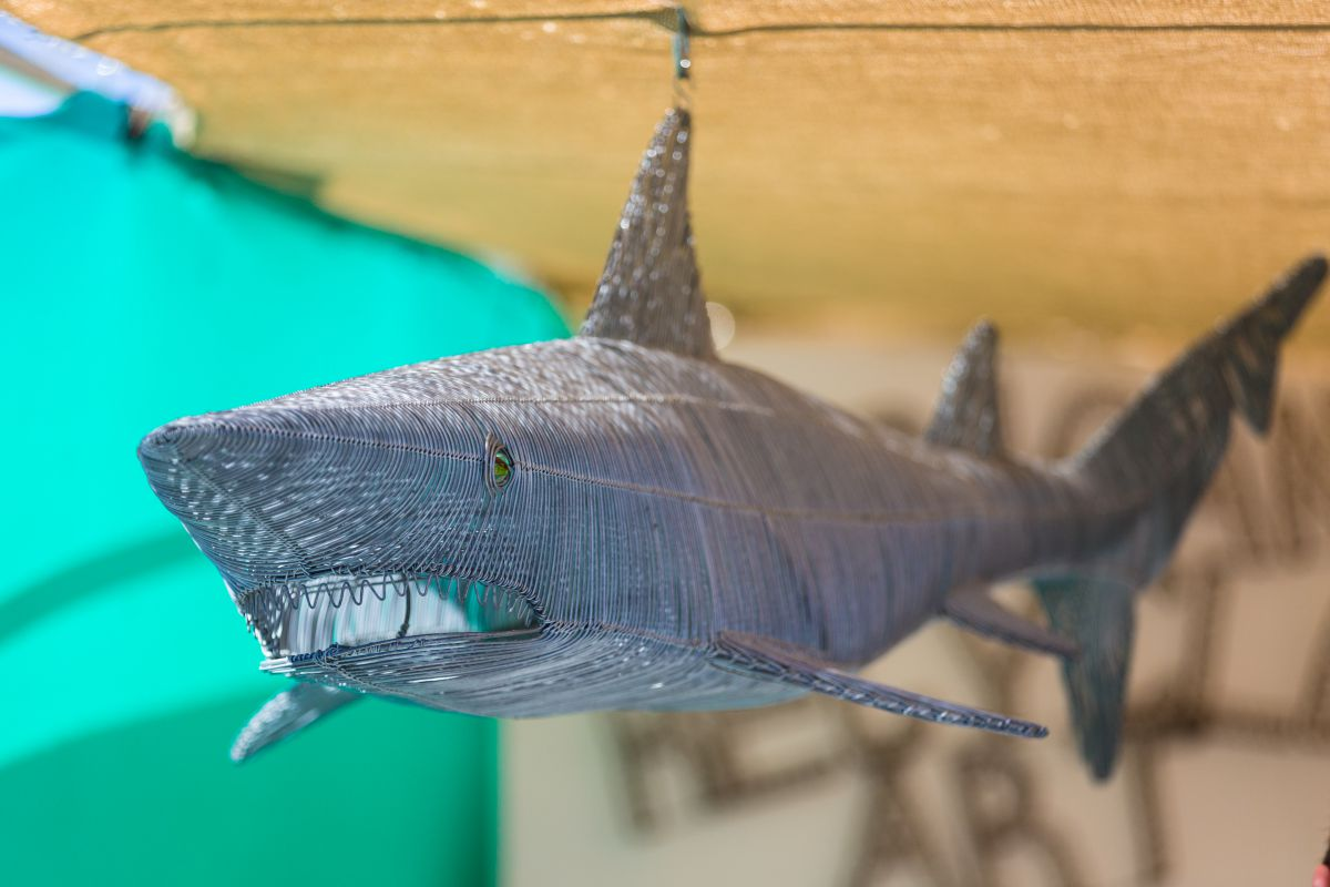 Detalle de un tiburón hecho de alambre en el mercadillo de Las Dalias, Ibiza.
